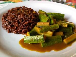 Immagine di piatto di riso rosso con zucchine