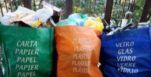 Sacchetti del kit pieni di spazzatura