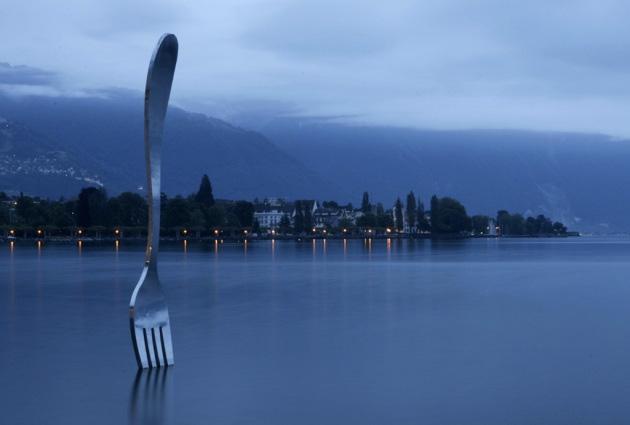 La forchetta come opera d'arte, scolpita dagli svizzeri Jean-Pierre Zaugg e Georges Favre e collocata nelle acque del lago Lemano