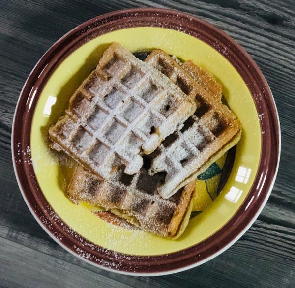 immagine di waffle caldi con cioccolata