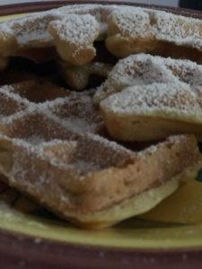 immagine di waffle con zucchero a velo