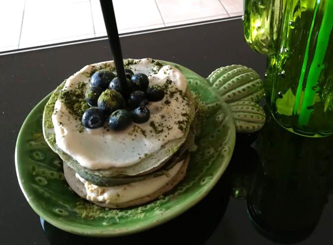 Pancakes alla spirulina con yogurt e mirtilli