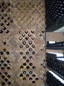 immagine di bottiglie vino in cantina
