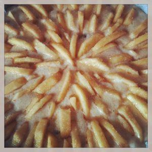 Immagine di torta di mele da cuocere con spicchi a forma di fiore