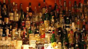 Immagine di uno scaffale di liquori in un bar