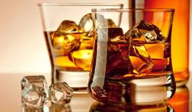 Immagine di bicchieri di liquore on the rocks