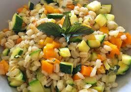 Immagine di insalata di orzo perlato con verdure
