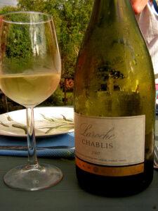 Immagine di una bottiglia di Chablis fresco