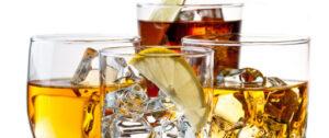 Immagine di bicchieri cocktails con ghiaccio