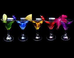 Immagine di bicchieri colorati di cocktails