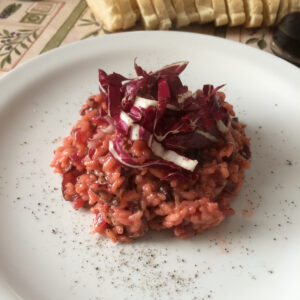 Immagine di risotto al radicchio rosso di Treviso e barbabietola