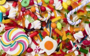 Immagine di caramelle colorate piene di additivi