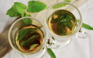 Immagine di tè infuso con foglie di menta