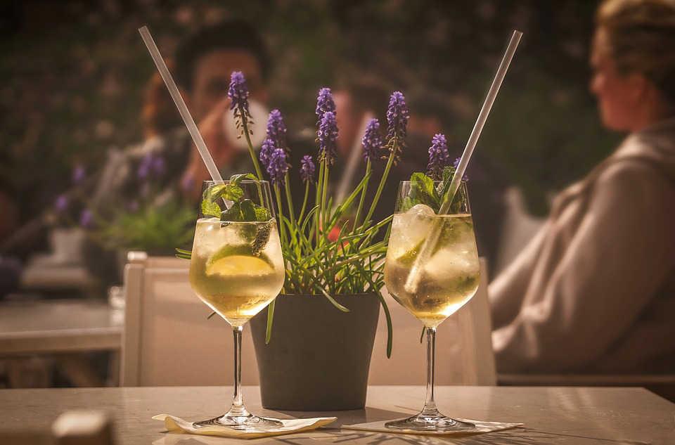 Immagine aperitivo con vino bianco